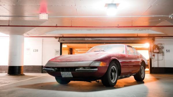 Une Ferrari Daytona 1�re main oubli�e 25 ans dans un parking !