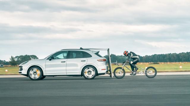 240 km/h sur un vélo... derrière une Porsche